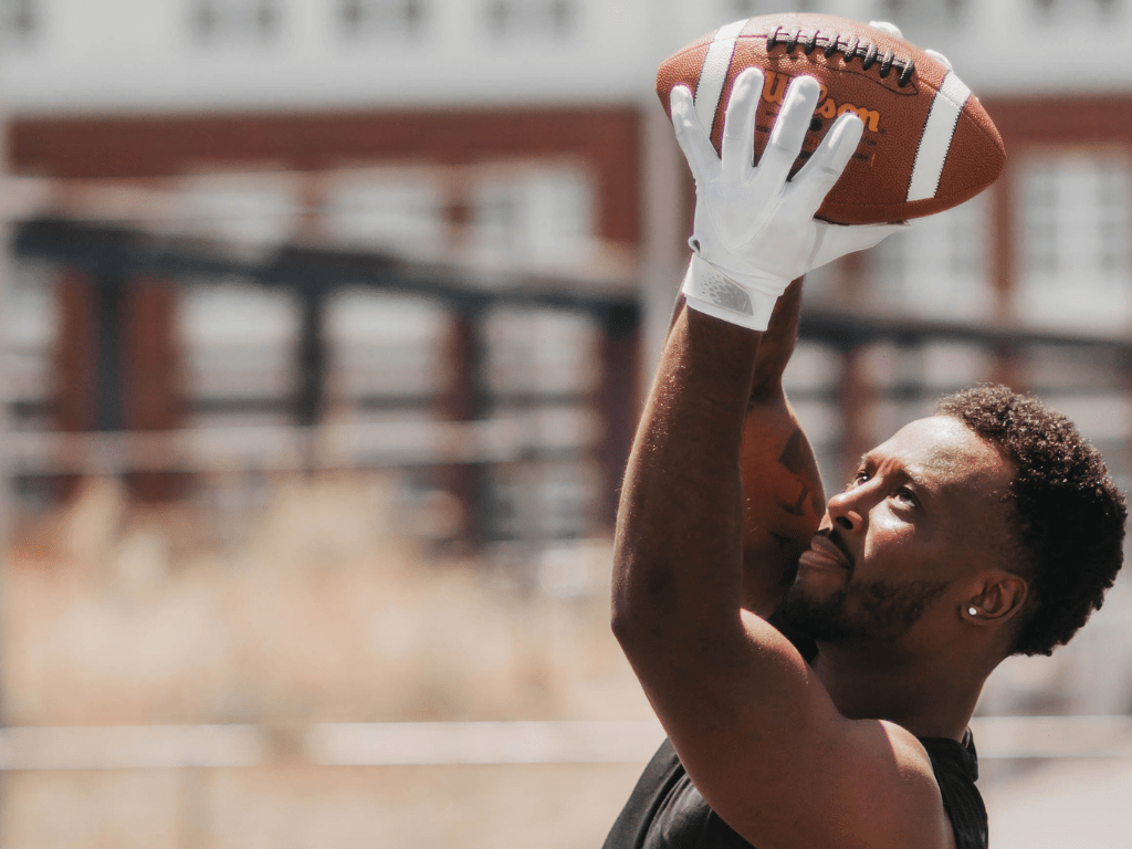 Use high-quality football gloves to have the best football gloves for running backs