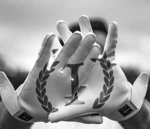 The perfect football gloves : the Invictus Armis 2.0 by Invictus Gloves